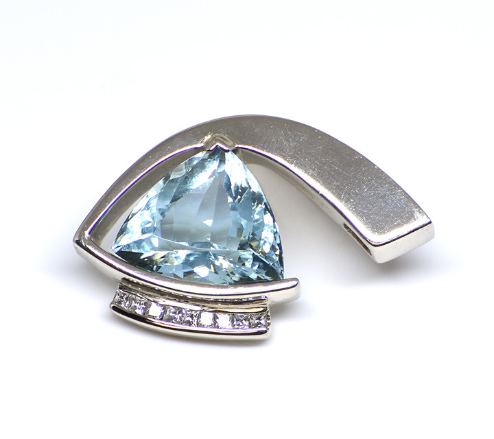 white gold aquamarine pendant